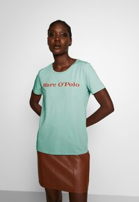 Marc O'Polo - SHORT SLEEVE CREW NECK - Triko s potiskem - misty spearmint - 0