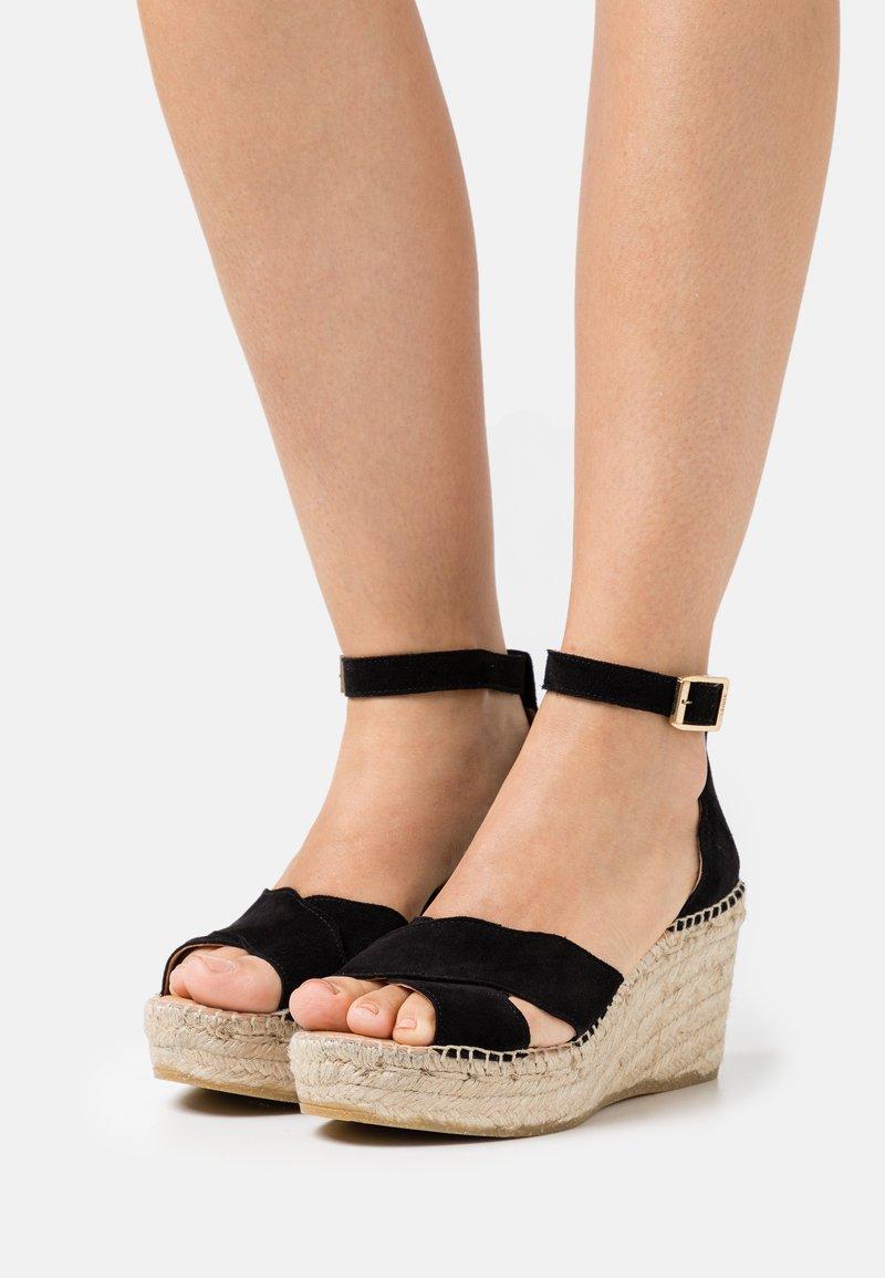 Kanna - CAPRI - Sandály na platformě - schwarz