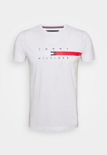 GLOBAL STRIPE CHEST TEE - T-shirt z nadrukiem - white
