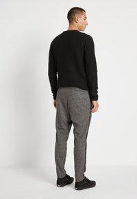 Only & Sons - ONSLINUS PANT CHECKS - Pantalon classique - medium grey melange - 3