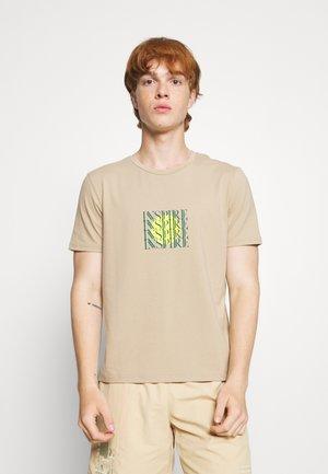 GRAPHIC PRINT CREW NECK SHORT SLEEVE - Print T-shirt - beige