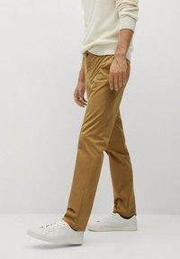 Mango - DUBLIN - Pantalones chinos - braun - 3