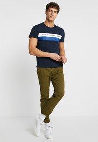 Tommy Hilfiger - LOGO BAND TEE - T-shirt z nadrukiem - blue - 1