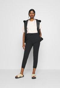 Even&Odd Petite - SLIM FIT JOGGERS - Pantalones deportivos - black - 1