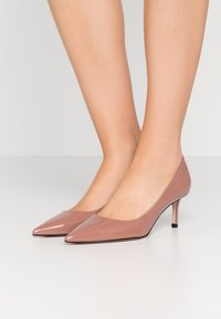 HUGO - INES - Klassiske pumps - mahogany rose - 0