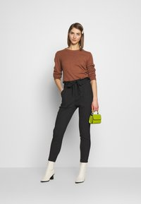 Vero Moda - VMEVA LOOSE PAPERBAG  - Kalhoty - black/salt & pepper birch