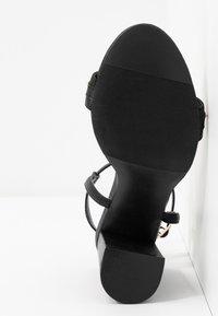 Miss Selfridge Wide Fit - WIDE FIT SHAM CHAIN BLOCK HEEL - Korolliset sandaalit - black - 6