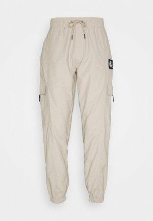 TRACKPANT - Pantaloni cargo - string