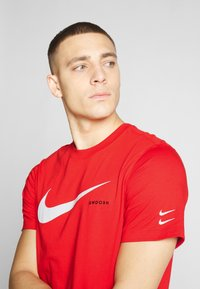 Nike Sportswear - Camiseta estampada - university red/white - 4