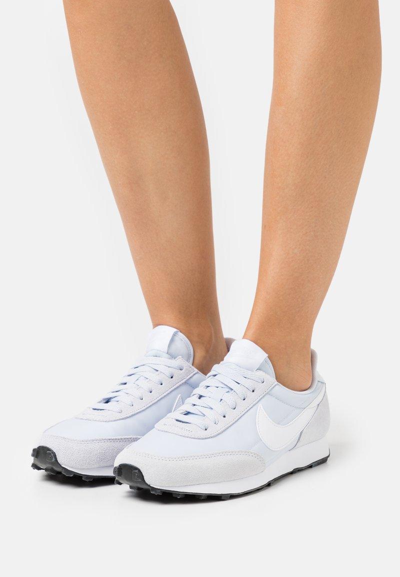Nike Sportswear - DAYBREAK - Joggesko - football grey/white/black