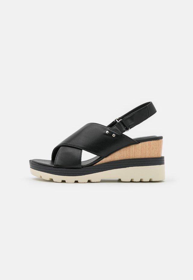 WIDE FIT VIRGINIA - Sandały na platformie - black