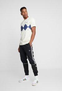 adidas Originals - ARGYLE TEE SHORT SLEEVE GRAPHIC TEE - Triko spotiskem - sand - 1