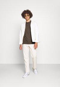 Nike Sportswear - CLUB TEE - T-shirt basic - ironstone - 1