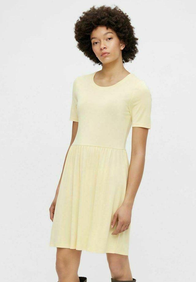PCKAMALA - Sukienka z dżerseju - pale banana