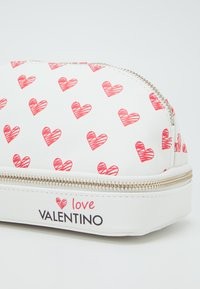 Valentino by Mario Valentino - SOFT COSMETIC CASE - Toalettmappe - bianco/rosso - 9
