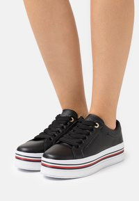 Tommy Hilfiger - CORPORATE FLATFORM CUPSOLE - Trainers - black - 0