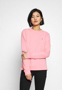 Tommy Hilfiger - CREW NECK - Sweatshirt - pink grapefruit - 0