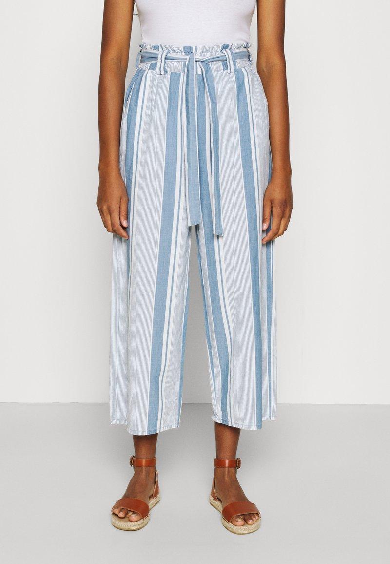 Vero Moda - VMAKELA PAPERBAG CULOTTE - Bukse - light blue denim/white