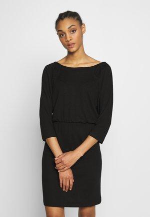 NMHALLEY O-NECK DRESS - Pletené šaty - black