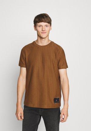 HERRINGBONE TEE - Jednoduché triko - highland khaki
