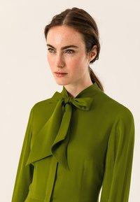 IVY & OAK - MIT BINDESCHLEIFE - Maxi dress - irish green - 4