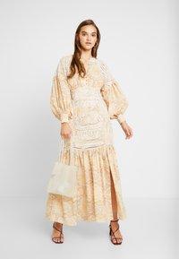 Thurley - MUSE DRESS - Długa sukienka - gold raid tile - 2