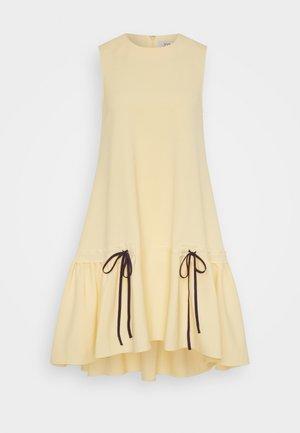 FLOUNCE HEM SHIFT DRESS - Koktejlové šaty/ šaty na párty - butter yellow