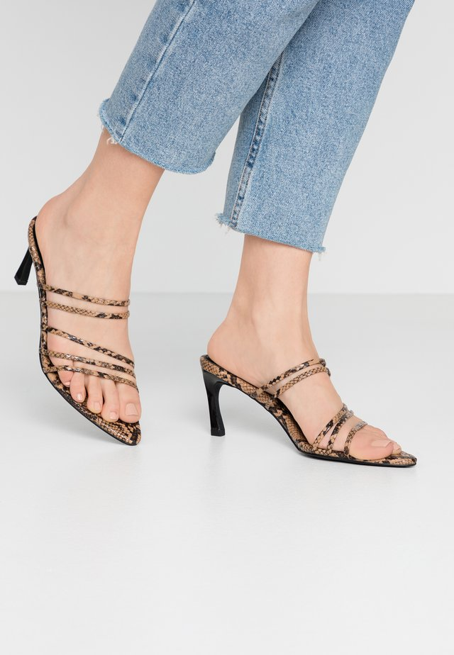 STRAPPY POINTY  - Pantofle na podpatku - brown