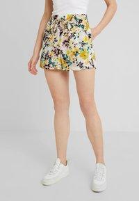 Vero Moda - MIAMI - Shorts - pristine - 0
