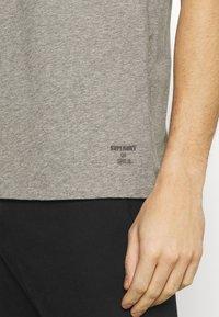Superdry - LAUNDRY TEE TRIPLE 3 PACK - T-shirt basic - black/optic/laundry grey marl - 8
