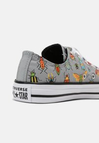 Converse - CHUCK TAYLOR ALL STAR BUGGED OUT UNISEX - Zapatillas - ash stone/black/bright poppy - 5