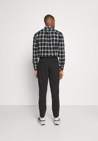 Selected Homme - SLHSLIMTAPE JIM STRING FLEX - Trousers - black - 2
