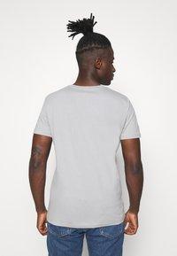 Jack & Jones - JORADAM TEE CREW NECK 3 PACK - T-shirt z nadrukiem - tap shoe - 2
