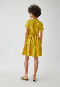 PULL&BEAR - WICKELOPTIK MIT RAFFUNGEN - Sukienka letnia - yellow - 2