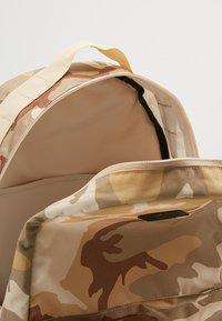 Nike SB - ICON CAMO - Ryggsäck - desert - 4