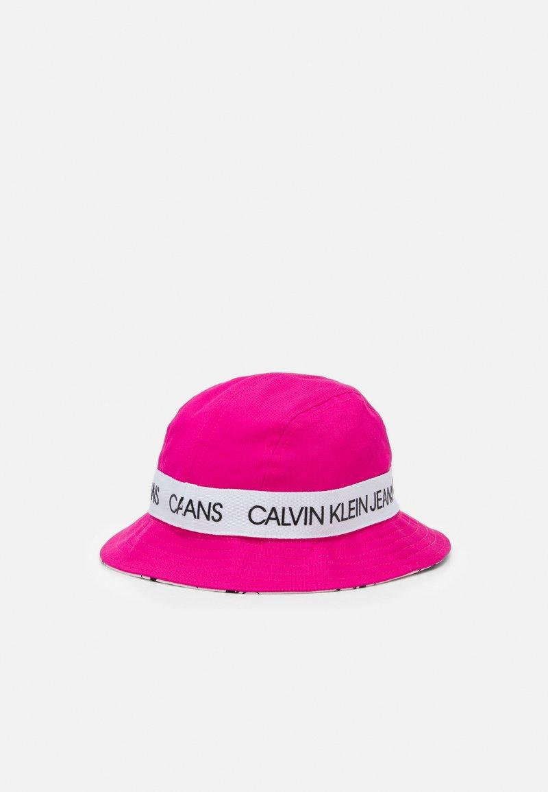 Calvin Klein Jeans - REVERSIBLE LOGO BUCKET HAT UNISEX - Hattu - hot magenta