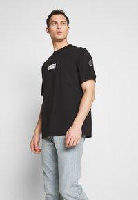 Timberland - STATEMENT PRINT TEE - Print T-shirt - black - 0