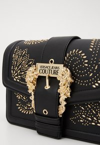 Versace Jeans Couture - SHOULDER BAG COUTURE STUDS - Handtas - nero