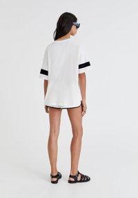 PULL&BEAR - OVERSIZE IM COLLEGE STIL - Print T-shirt - white - 2