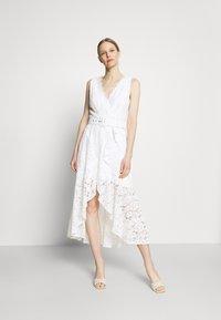 Guess - RANDA DRESS - Vestido de cóctel - true white - 0
