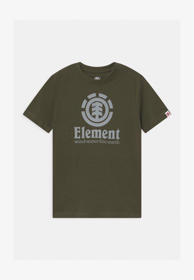 VERTICAL BOY - Print T-shirt - forest night