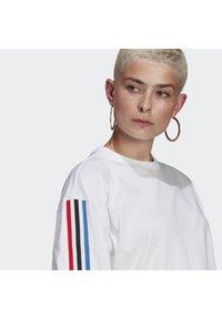 adidas Originals - OVERSIZED TEE ADICOLOR ORIGINALS LOOSE T-SHIRT - T-shirt imprimé - white - 4