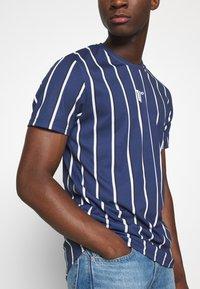 11 DEGREES - VERTICAL STRIPE TEE - T-shirt print - navy/white - 3