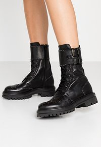 UMA PARKER - Platform boots - foulard nero - 0