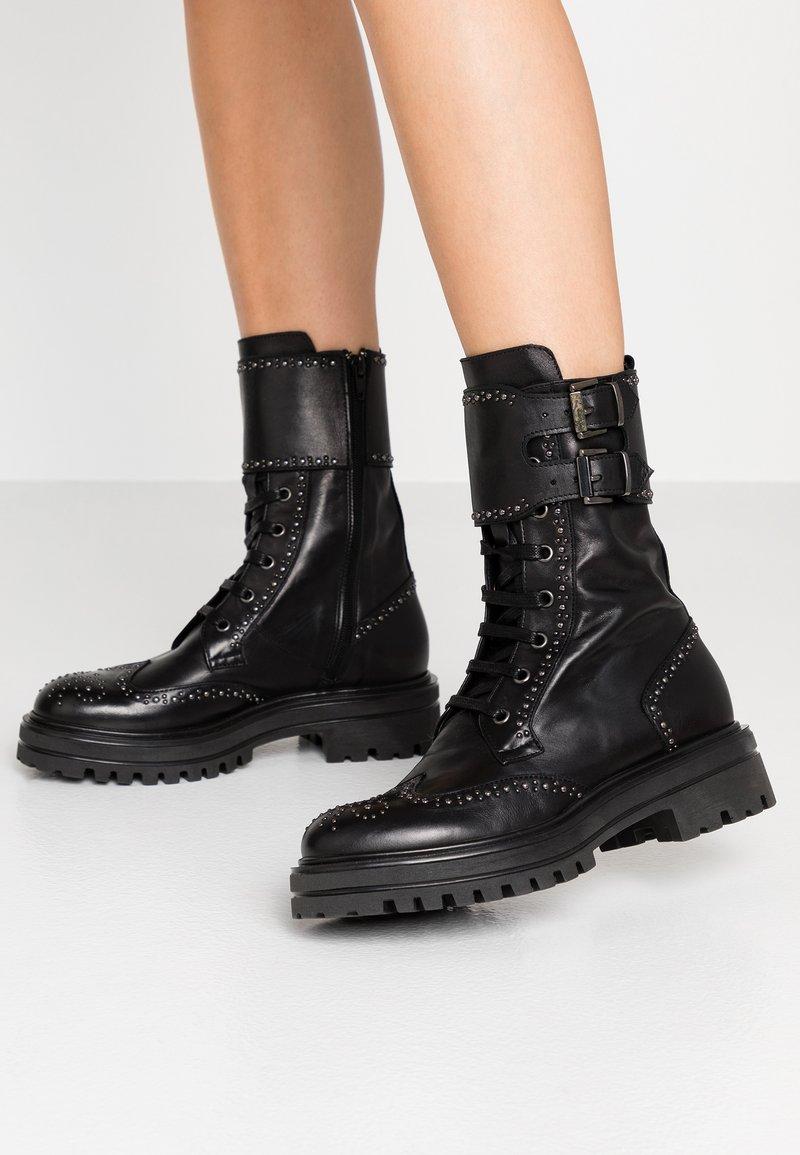 UMA PARKER - Platform boots - foulard nero