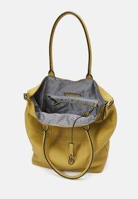 FREDsBRUDER - HAPPY - Tote bag - leaf - 2