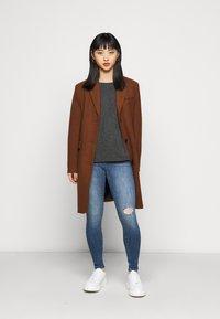 ONLY Petite - ONLPOWER MID PUSH UP DESTROY - Jeans Skinny Fit - medium blue denim - 1