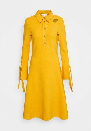 DRESS - Pletené šaty - marigold