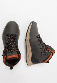 Columbia - SH/FT WP - Zapatillas de senderismo - dark grey/dark adobe - 1