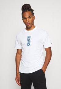 Tommy Jeans - TJM VERTICAL LOGO TEE - T-shirt print - white - 2